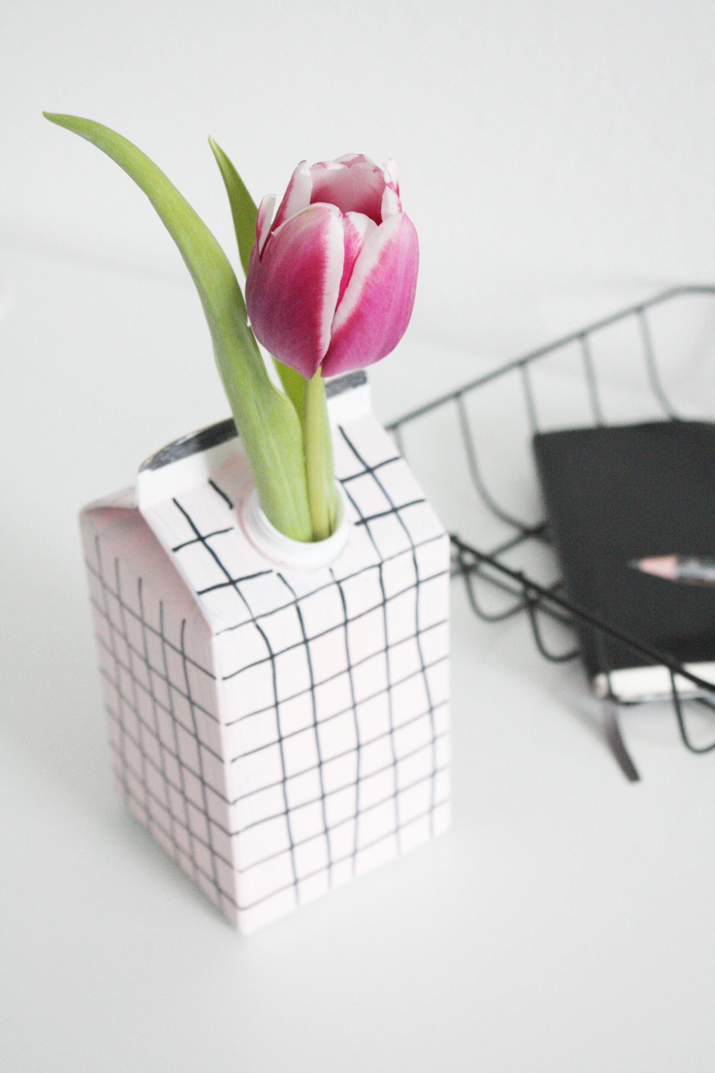 upcycling diy vase aus tetrapack gewinner rosy grey diy blog lettering m nchen. Black Bedroom Furniture Sets. Home Design Ideas