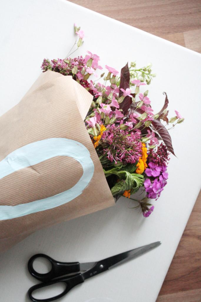 Blumen verpacken zum verschenken 5