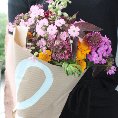 Blumen hübsch verpacken in Papier