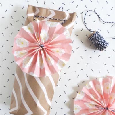 DIY Flasche verpacken: Papiertüte und Papierrosetten selbermachen