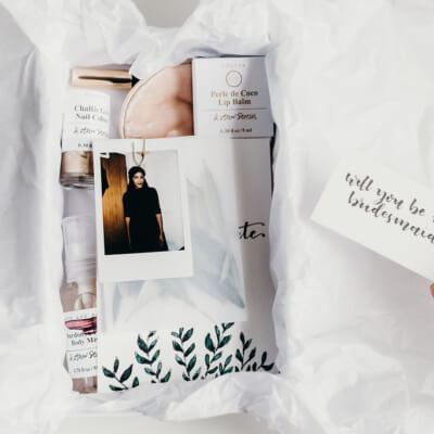 DIY Hochzeitsidee: Bridesmaids und Groomsmen Päckchen mit Save the Dates