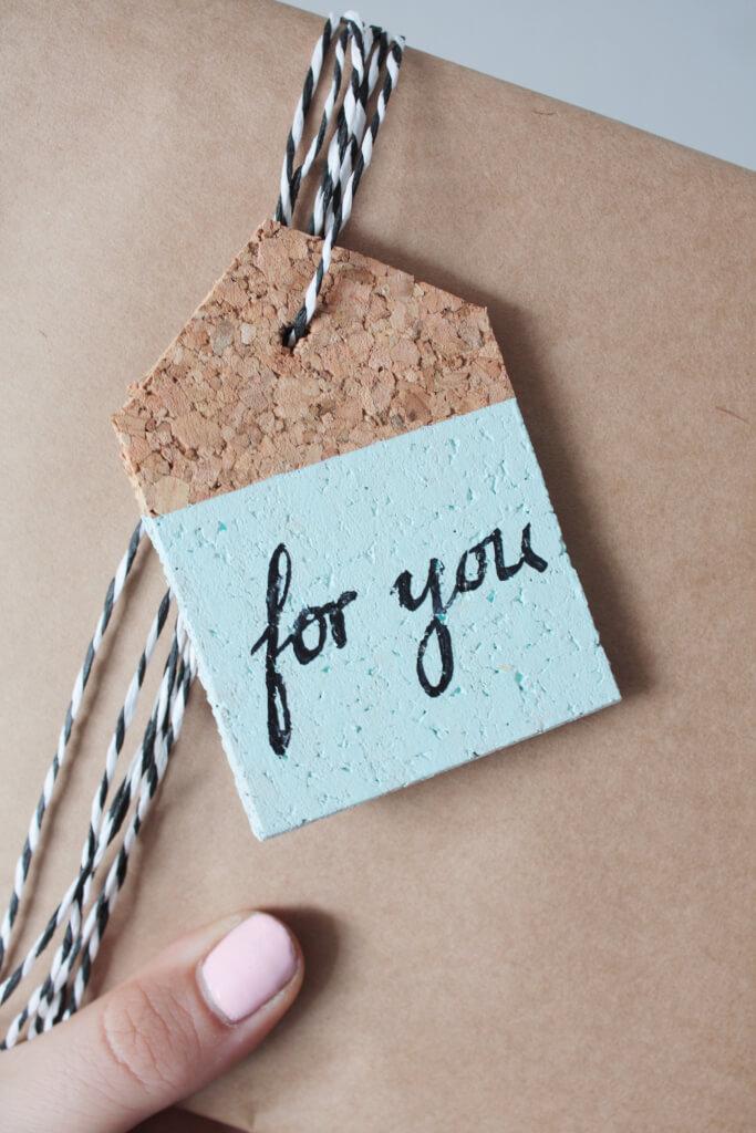 diy geschenkanhänger aus kork & gewinner - rosy & grey - diy blog