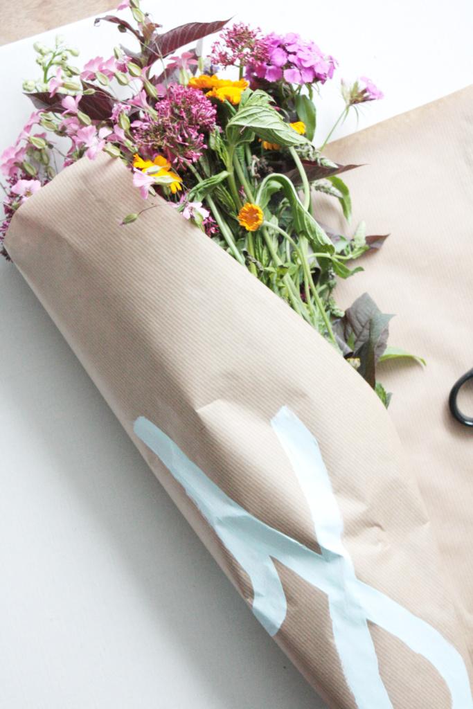 Blumen verpacken zum verschenken 4