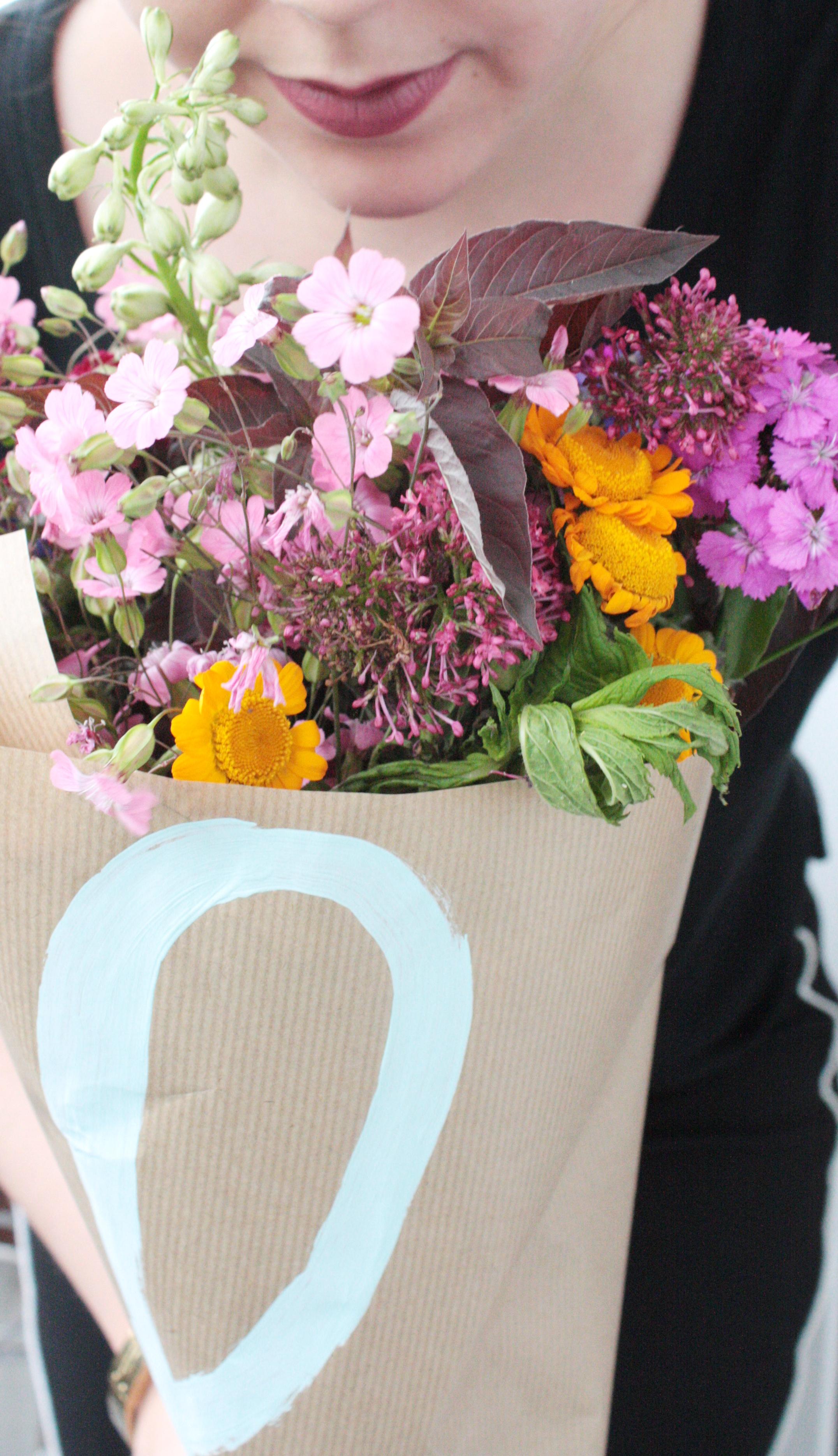 Blumen verpacken zum verschenken 7