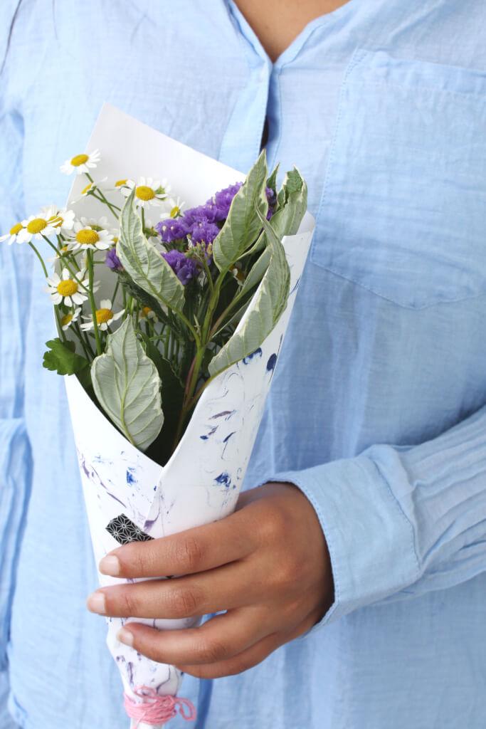 DIY Blog basteln selbermachen Papier marmorieren Blumenstrauss verpacken