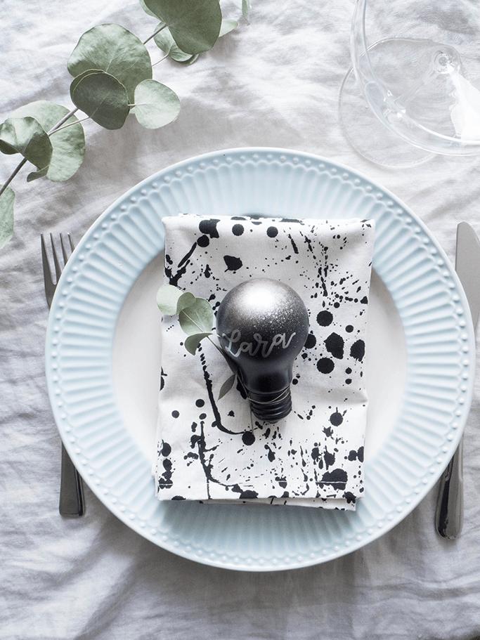 Platzkarten aus Glühbirnen selbermachen moderne Tischdeko